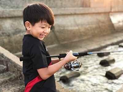 釣りをする子供